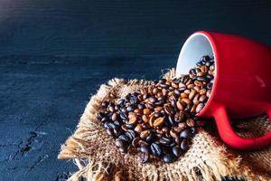 grains de café débordant d'une tasse