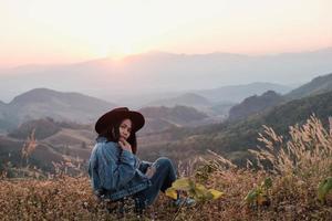 femme assise au sommet d & # 39; une montagne