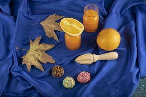 deux pichets en verre avec un délicieux jus et des tranches de fruits orange