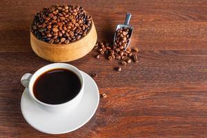 tasse de café frais sur un fond en bois