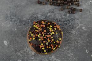 un beignet sucré au chocolat avec des pépites photo