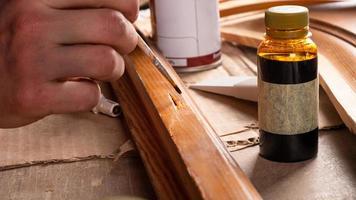 peindre une retouche sur bois photo