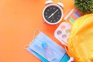 fournitures scolaires sur fond orange photo