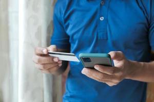 homme, main, tenue, carte crédit, et, utilisation, téléphone intelligent, achats, ligne