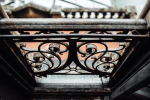 Old vintage rails de fenêtre forgés avec de la rouille photo