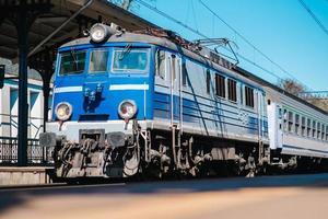 Gdansk, Pologne 2017- voie ferrée de la gare principale avec un train qui arrive