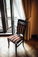 Ancienne chaise vintage sur parquet en chêne