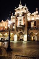 Cracovie, Pologne 2017- ancienne zone commerciale de Cracovie dans les lumières des réverbères photo