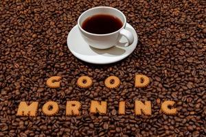 tasse de café blanc et mots bonjour fabriqués à partir de lettres de biscuit photo