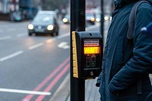 Bouton de passage pour piétons avec avertissement lumineux sur un fond défocalisé