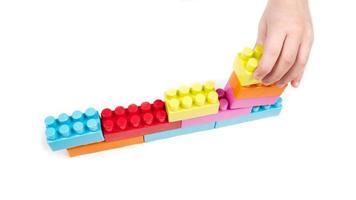 enfant jouant avec des blocs de construction photo