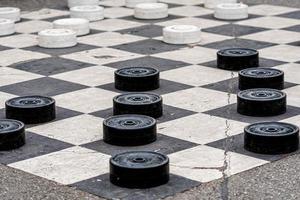 De grands damiers en plastique peints sur les cellules de la chaussée dans un parc de la ville photo