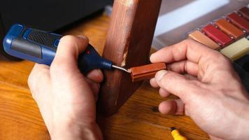 personne en train de restaurer du bois photo