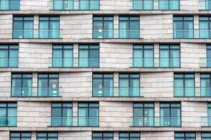 Gros plan de la façade d'un immeuble en pierre de grande hauteur moderne photo