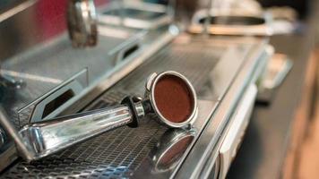 Tasse à café reposant sur une machine à café photo