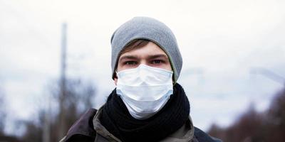 jeune homme dans un masque de protection