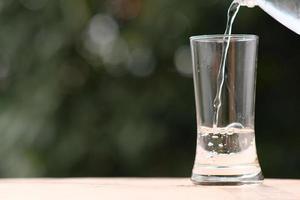 Eau potable minérale sur table en bois photo