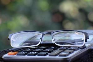 calculatrice de gros plan sur table et concept d'entreprise photo