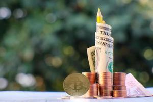 Pièce de monnaie crypto bitcoin et pièce en euro sur table photo