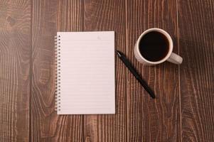 café et un ordinateur portable avec un stylo sur un bureau en bois photo