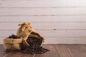 Sacs de grains de café sur une table en bois photo