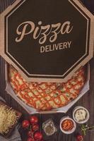 pizza avec six sortes de fromages, mozzarella, provolone, parmesan, catupiry, cheddar et gorgonzola dans une boîte de livraison photo