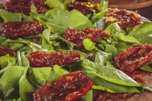 pizza brésilienne sauce tomate mozzarella argula tomates séchées et origan photo