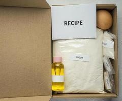 un ensemble d'ingrédients pour la cuisson du pain maison, y compris de la farine de blé entier, du sel, du sucre, de l'huile de tournesol ou d'olive et de la levure