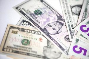 dollars américains sur fond blanc