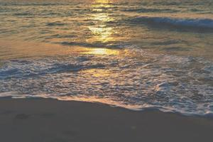 vagues de la mer de l'océan vibrant coloré à la plage pendant l'été