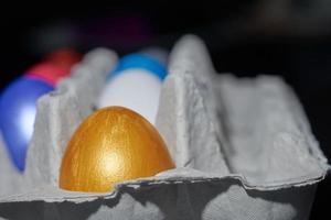 Close up d'oeufs de couleur perle pour Pâques dans un plateau d'oeufs photo