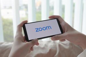 Chiang Mai, Thaïlande, 21 mars 2021 - personne se connectant sur le zoom sur un smartphone