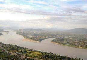 Vue sur le fleuve Mékong qui sépare la frontière entre la Thaïlande et le Laos photo