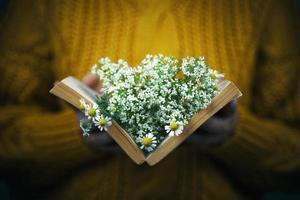 fille avec livre et bouquet photo