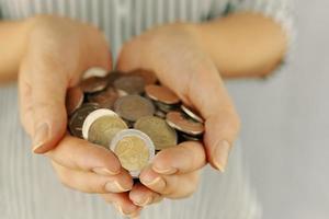 pièces de monnaie dans les mains d'une femme photo