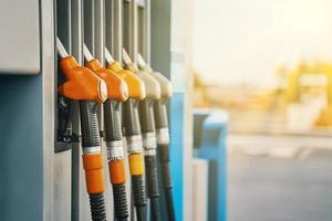 Pompes à essence orange dans une station photo
