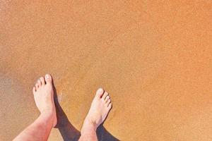 les pieds de l'homme sur la plage