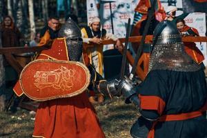 Bataille de chevaliers en armure avec des épées à Bichkek, Kirghizistan 2019 photo
