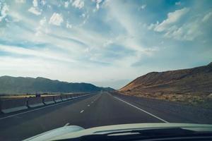 road trip à travers les montagnes