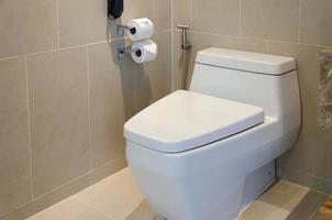 toilettes blanches modernes photo
