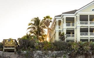 Soleil derrière les condominiums de luxe au bord de la plage en Floride, USA photo