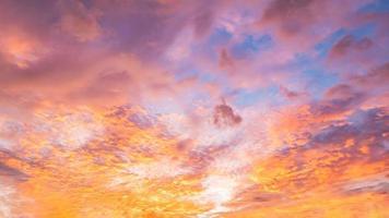 ciel panoramique spectaculaire avec des nuages sur l'heure du lever et du coucher du soleil. image panoramique. photo
