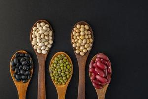 Collection de graines de grains entiers isolé sur fond noir photo