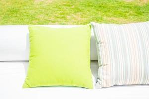 oreillers sur un canapé blanc