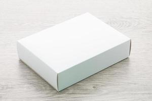 boîte de papier sur fond de bois photo