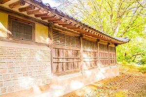 Bâtiments dans le palais de Changdeokgung dans la ville de Séoul, Corée du Sud photo