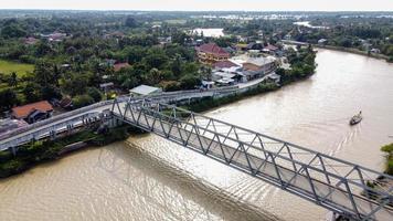 Bekasi, Indonésie 2021- vue aérienne d'un drone d'un long pont jusqu'au bout de la rivière reliant deux villages