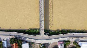Bekasi, Indonésie 2021- vue aérienne d'un drone d'un long pont jusqu'au bout de la rivière reliant deux villages photo