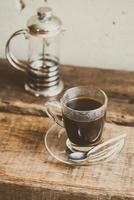 café noir dans une tasse à café photo