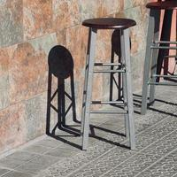 chaises métalliques dans la rue photo